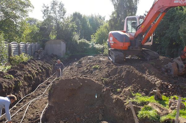 installation des tuyaux de la pompe a chaleur sous la terre